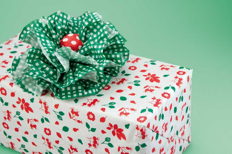 Gift wrapping with printes tissue paper